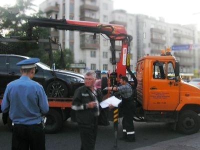 Сотрудник ГИБДД похитил 7 машин с автостоянки судебных приставов за вознаграждение - следствие