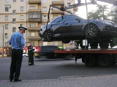 Суд наказал водителя, который сутки не покидал свою машину, чтобы ее не мог увезти эвакуатор